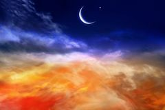Röd solnedgång och måne Royaltyfri Bild