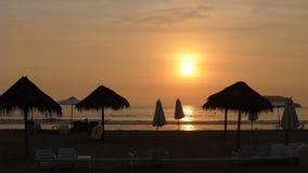 Röd solnedgång och paraplyer 97 Km söder av Lima, Peru Royaltyfria Bilder