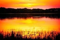 Röd solnedgång på den Oka floden Royaltyfria Bilder