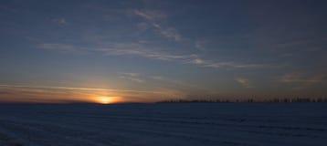 Röd solnedgång på fältet Arkivfoto