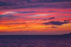 Röd solnedgång på havet i den sena aftonen Arkivfoton