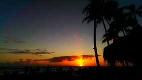 Röd solnedgång på stranden Arkivfoton