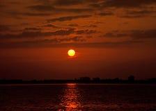 Röd solnedgånghimmel på strandseascapen Royaltyfria Bilder