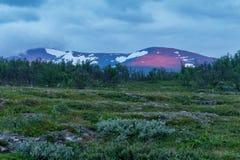 Röd solstråle på ett berg, Abisko nationalpark, Sverige Royaltyfri Foto
