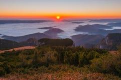 Röd soluppgång i morgonen Arkivfoto