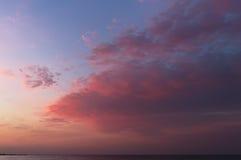 Röd soluppgång på Black Sea Horisont och hav royaltyfria bilder
