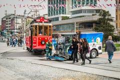 Röd spårväg på den Taksim fyrkanten i Istanbul, Turkiet Royaltyfri Foto