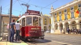 Röd spårvagn i Lissabon Royaltyfri Bild