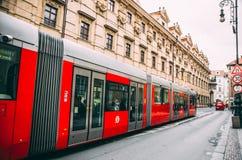 Röd spårvagn i Prague Arkivbilder