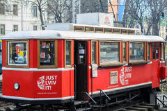 Röd spårvagn med böcker i Lviv arkivbild