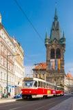 Röd spårvagn nära det Jindrisska tornet i Prague, tjeck Arkivbild