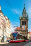 Röd spårvagn nära det Jindrisska tornet i Prague, tjeck Arkivfoton