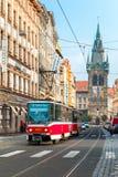 Röd spårvagn nära det Jindrisska tornet i Prague, tjeck Royaltyfria Bilder