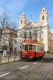 Röd spårvagn och St Paul kyrka. Lissabon. Portugal Royaltyfri Fotografi