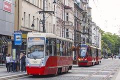 Röd spårvagn på gatan av den Katowice staden, Polen Arkivbild
