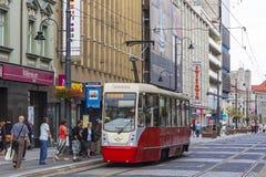 Röd spårvagn på gatan av den Katowice staden, Polen Arkivbilder