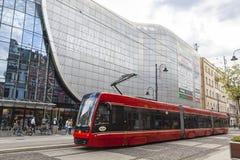Röd spårvagn på gatan av den Katowice staden, Polen Royaltyfri Foto