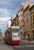 Röd spårvagn på gatan av den Katowice staden, Polen Royaltyfria Bilder