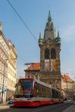 Röd spårvagn på gatorna av Prague Arkivfoton