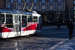 Röd spårvagn som cirkulerar i prague Arkivfoton