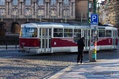 Röd spårvagn som cirkulerar i prague Arkivfoto