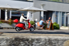 röd sparkcykel Arkivfoton