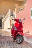 röd sparkcykel Arkivfoto