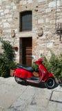 Röd sparkcykel i Italien Royaltyfri Foto