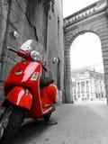 Röd sparkcykel med svart & vit omgivning Royaltyfri Fotografi