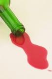 röd spilld wine för flaska Royaltyfri Fotografi