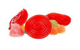 Röd spiral av lakrits- och gelébönor royaltyfri foto