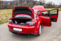 Röd sportbil Mazda RX-8 i natur Arkivfoto