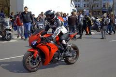 Röd sportcykel på gatan Royaltyfri Fotografi