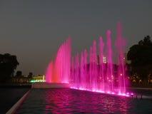 Röd springbrunn i Lima Magic Water Circuit Arkivfoton
