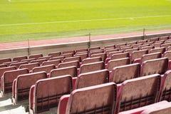Röd stadionplats i fotbollstadion Arkivbilder