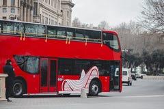 Röd stadsbuss royaltyfri fotografi