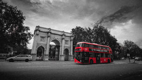 Röd stadsbuss i London Arkivbild
