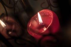 Röd stearinljus med reflexion Arkivfoton