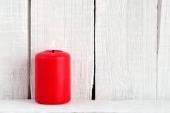 Röd stearinljus på trä Royaltyfria Bilder