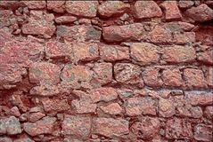 Röd stenvägg på Ibiza Royaltyfri Bild