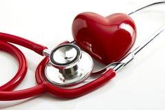 Röd stetoskop med röd hjärta Fotografering för Bildbyråer