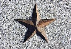 Röd stjärna som snidas i sten Arkivfoton