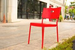 Röd stol i parkera Thailand Royaltyfri Fotografi