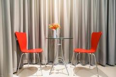 Röd stol i vardagsrum med gardin Fotografering för Bildbyråer