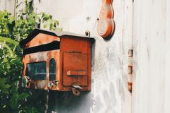 Röd stolpeask på en smutsig vägg royaltyfri foto
