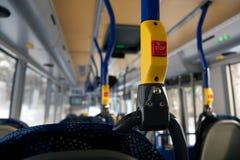 Röd stoppknapp inom en buss Arkivfoton