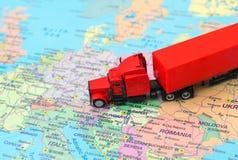 Röd stor lastlastbil Arkivbild