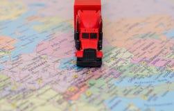 Röd stor lastlastbil Royaltyfri Bild