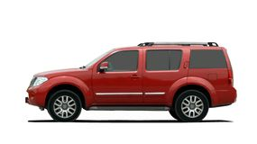 Röd stor SUV sidosikt Royaltyfri Fotografi