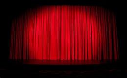 röd strålkastareetapp för gardin Arkivbild
